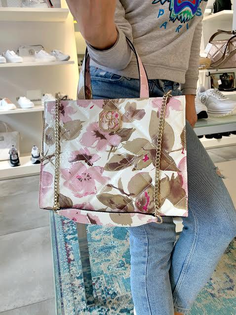 Guess prešita torba z rožami