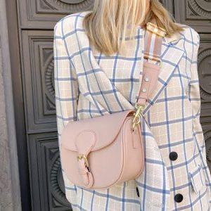 Usnjena torbica, polkrožne oblike / roza